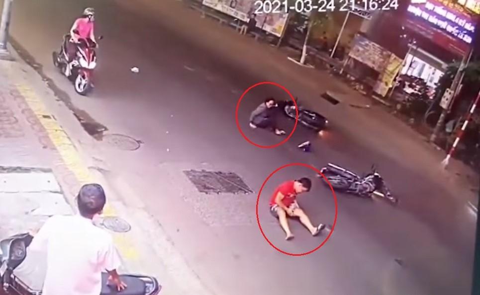 Nam thanh niên và người phụ nữ cùng ngã sau vụ tai nạn