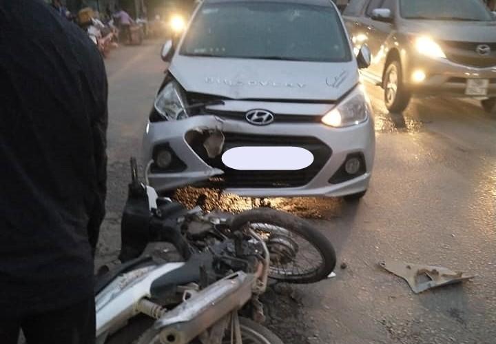 Hiện trường vụ thanh niên chạy xe máy lấn làn, tông thẳng vào đầu xe Hyundai i10