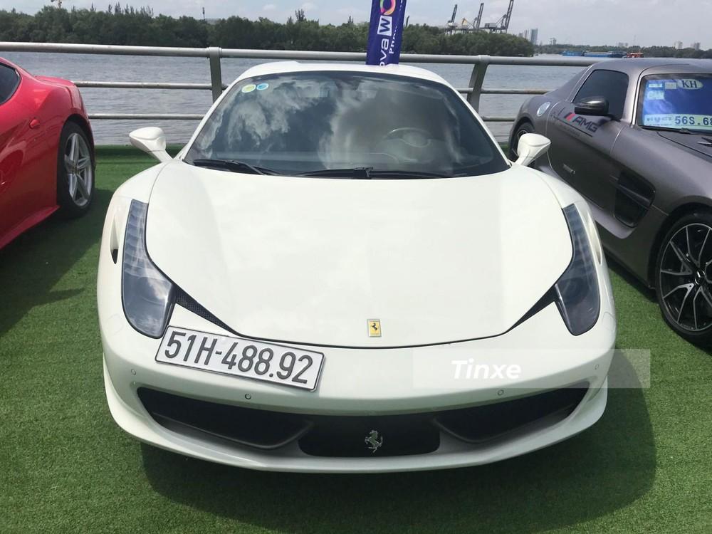 Cuối cùng là Ferrari 458 Spider. Phiên bản mui trần của siêu xe Ferrari 458 Italia sử dụng động cơ V8, dung tích 4.5 lít, sản sinh công suất tối đa 562 mã lực tại vòng tua 9.000 vòng/phút và mô-men xoắn cực đại 540 Nm. Động cơ kết hợp với hộp số ly hợp kép 7 cấp, nhờ đó, siêu xe mui trần Ferrari 458 Spider mất thời gian 3,4 giây để tăng tốc lên 100 km/h từ vị trí xuất phát trước khi đạt tốc độ tối đa 320 km/h.