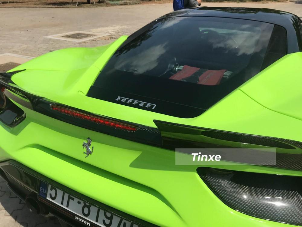 Ốp đèn hậu và cánh gió đuôi kiểu cách của Ferrari 488 GTB độ SVR cũng là sợi carbon