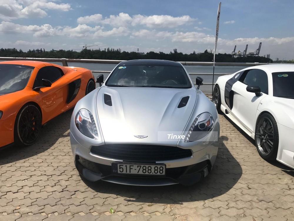 Siêu xe Aston Martin Vanquish đầu tiên về nước với biển tứ quý 8. Aston Martin Vanquish được trang bị khối động cơ V12, dung tích 6.0 lít, sản sinh công suất tối đa 658 mã lực, mô-men xoắn cực đại 630 Nm. Động cơ kết hợp cùng hộp số tự động 8 cấp, nhờ đó, siêu xe Vanquish Coupe có thời gian tăng tốc từ 0-100 km/h chỉ trong khoảng 3,8 giây trước khi đạt vận tốc tối đa 324 km/h.