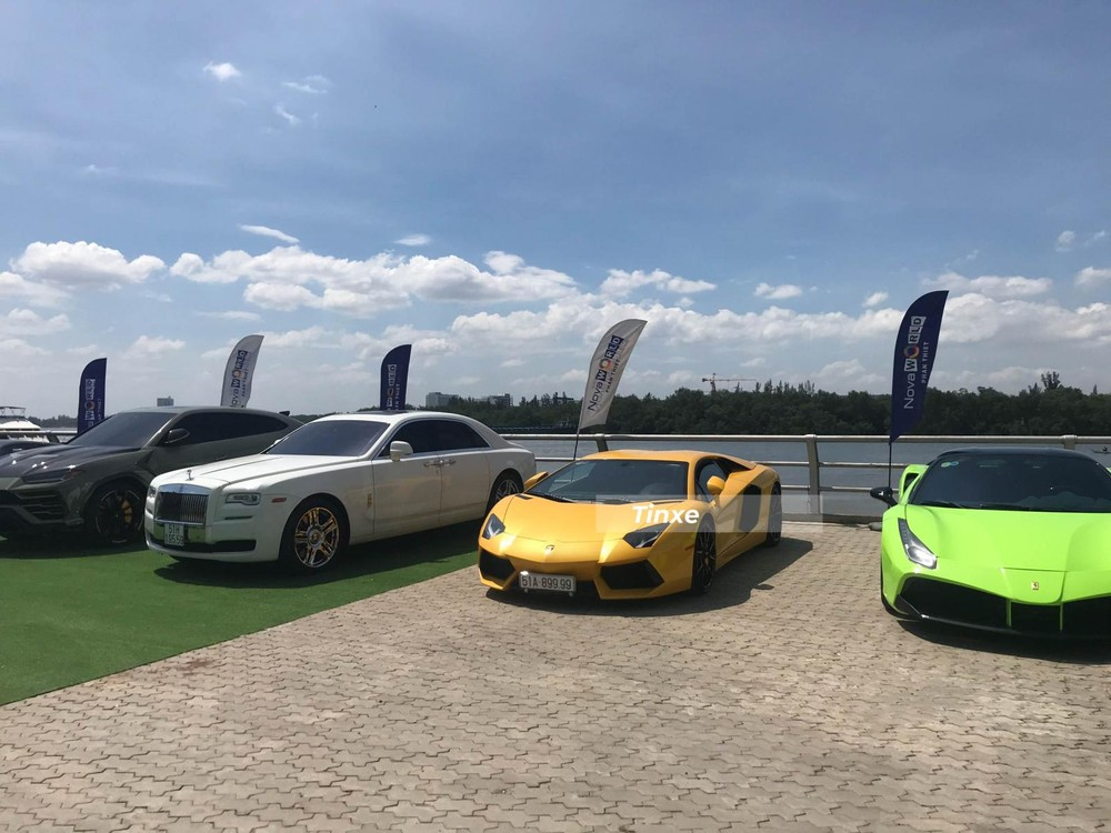 Ngoài ra còn có một chiếc xe siêu sang Rolls-Royce Ghost màu trắng hay Ford Mustang Shelby GT500