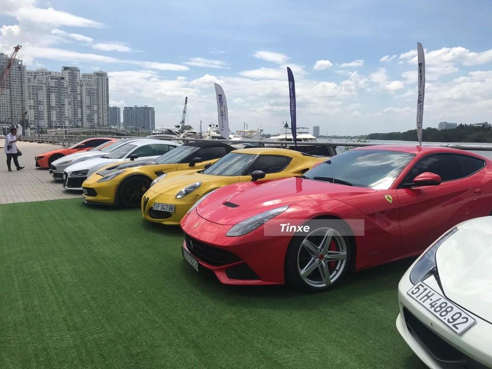 Ngoài 11 chiếc siêu xe trên, đoàn xe này còn có nhiều mẫu xe thể thao nổi bật như Chevrolet Corvette C7 Z06 mui trần, Alfa Romeo 4C Launch Edition tông xuyệt tông màu vàng đỗ cạnh nhau