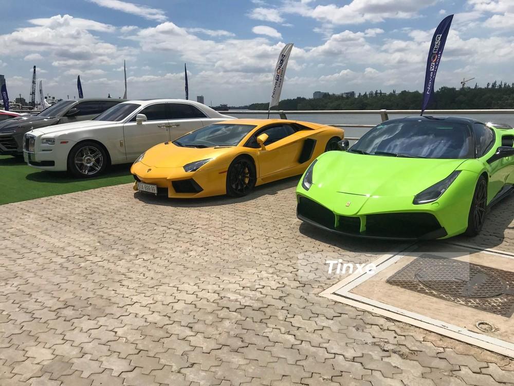 Từ phải sang là Ferrari 488 GTB độ SVR, siêu xe Lamborghini Aventador LP700-4, Rolls-Royce Ghost hay Lamborghini Urus.