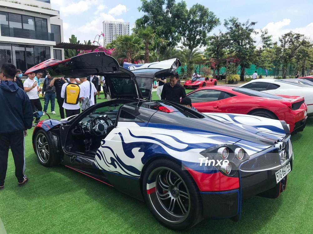 Chỉ đúng 1 tuần mang siêu phẩm Pagani Huayra sang đại lý Aston Martin Việt Nam để mua xe mới, Minh Nhựa lại tiếp tục được nhìn thấy cầm lái thần gió ra đường và lần này để tụ tập trong sự kiện họp mặt cùng các thành viên đoàn siêu xe Viet Rally mới được tổ chức gần 1 tháng qua. Đây cũng chính là buổi ra mắt đầu tiên của hành trình xe Viet Rally.