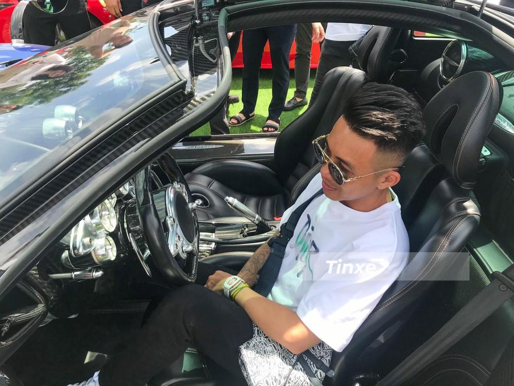 Bộ sưu tập siêu xe của Minh Nhựa hiện chỉ còn duy nhất chiếc Pagani Huayra, ngoài ra, doanh nhân 8X này chỉ thích sưu tầm các mẫu xe gầm cao máy thoáng như Mercedes-AMG G63 Edition One, BMW X7, Rolls-Royce Cullinan, Porsche Cayenne Coupe. Ngoài ra còn có xe thể thao mui trần BMW Z4 hay Aston Martin V8 Vantage.