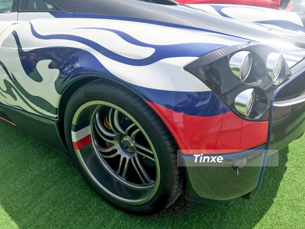 Thiết kế Pagani Huayra làm giới mê xe và cả những người khó tính nhất cũng phải hết lời khen ngợi. Ngoài màu sơn, những chiếc Huayra còn được hoàn thiện trong sợi carbon, nhôm cùng các công nghệ tiên tiến nhất. Thậm chí, trên cửa cánh chim của Pagani Huayra còn có một chốt mở khoang động cơ làm bằng da rất sang trọng.
