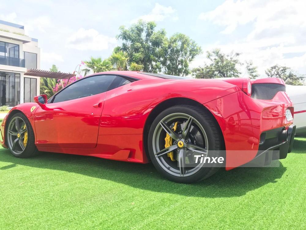 Kết hợp cùng hộp số 7 cấp, Ferrari 458 Speciale mất khoảng thời gian 3 giây để tăng tốc lên 100 km/h từ vị trí xuất phát, nhanh hơn 0,4 giây so với bản tiêu chuẩn. Tốc độ tối đa 325 km/h. Phiên bản hiệu suất cao của 458 Italia còn được trang bị hệ thống điều khiển góc trượt mới SCC hay hệ thống kiểm soát độ bám đường thay đổi tỷ lệ phân bổ momen xoắn giữa hai bánh sau.