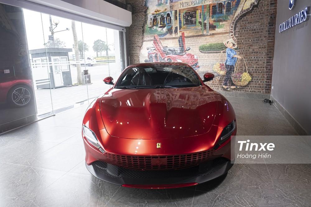 Ở phần đầu xe, Ferrari Roma sở hữu thiết kế bắt mắt với lưới tản nhiệt được thiết dạng lỗ liền mạch. Với màu đỏ mới, phần lưới tản nhiệt của xe cũng được chuyển từ đen sang đỏ tạo sự liền mạch cho phần đầu xe.