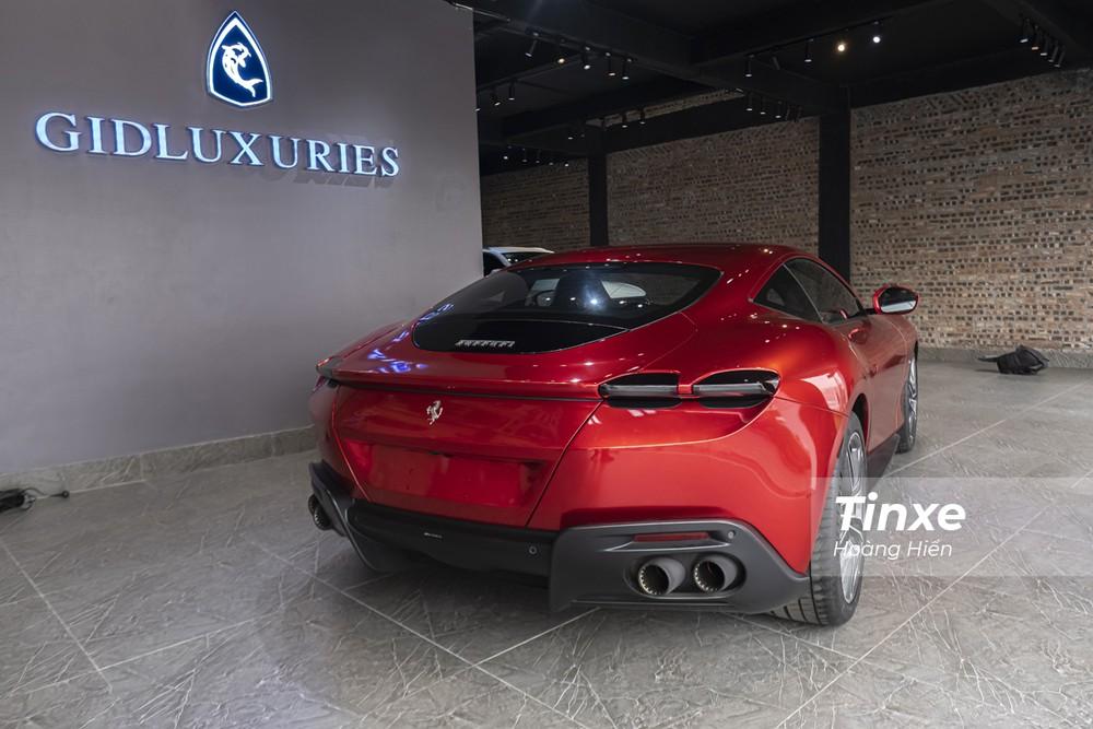 Tổng quan thiết kế của Ferrari Roma khi nhìn phía sau tạo cảm giác nở hậu nhờ vào vòm lốp sau được mở rộng sang hai bên.