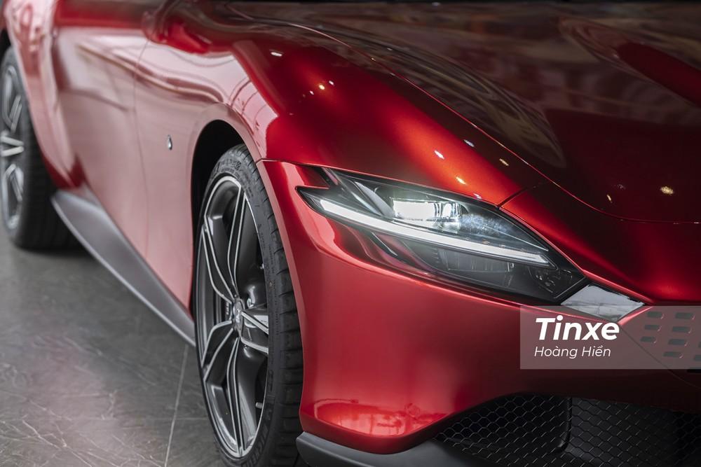 Hệ thống đèn chiếu sáng trên Ferrari Roma cũng là dạng Full-LED. Và điều đáng chú ý là được thiết kế khá góc cạnh tạo cảm giác dữ dằn, mạnh mẽ cho chiếc xe.