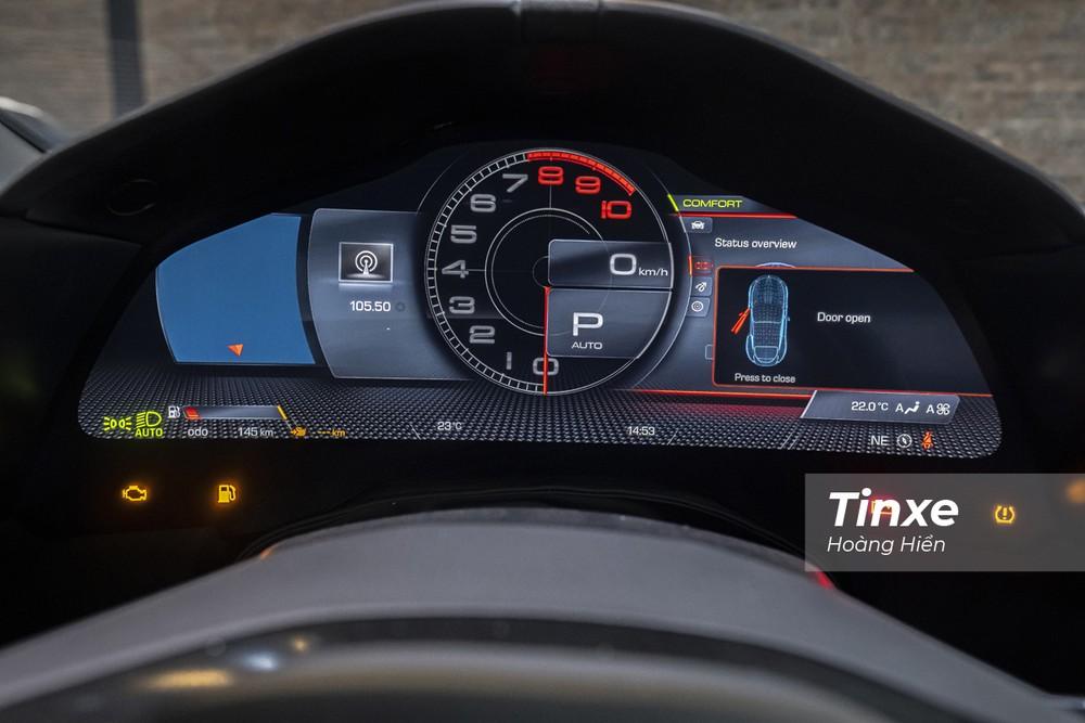 Phía sau vô-lăng là màn hình kỹ thuật số hiển thị đa thông tin cho phép người lái xe có thể tuỳ biến giao diện.