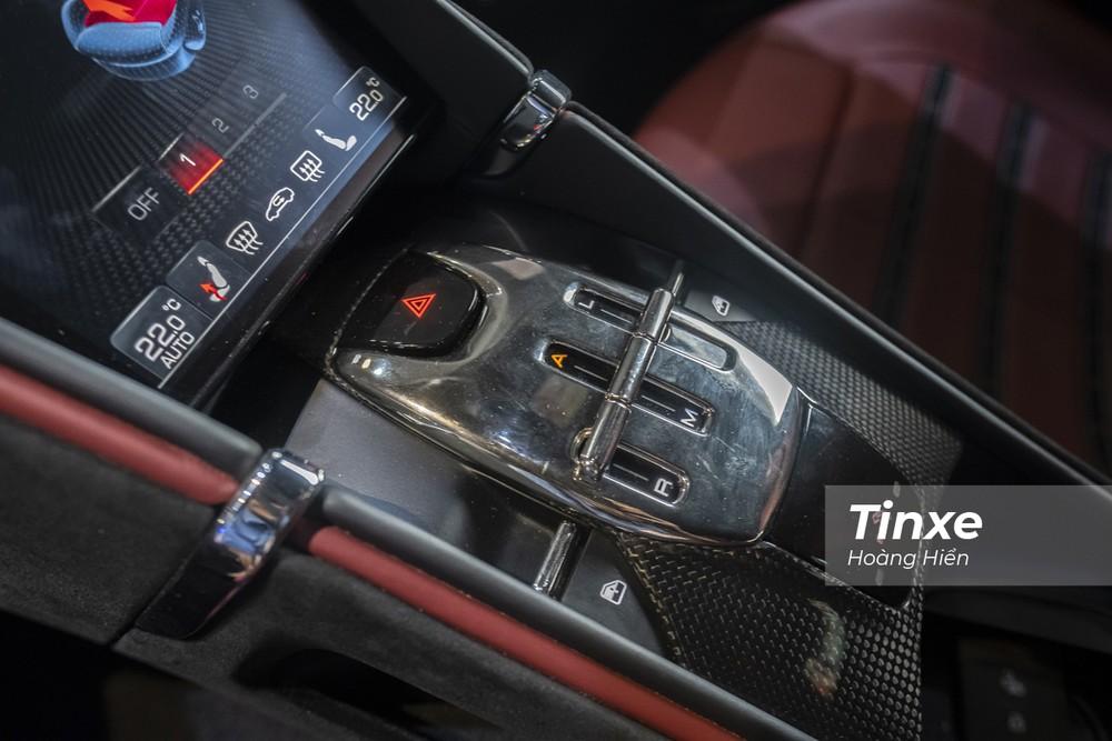 Cụm cần số điện tử được thiết kế độc đáo trên Ferrari Roma.