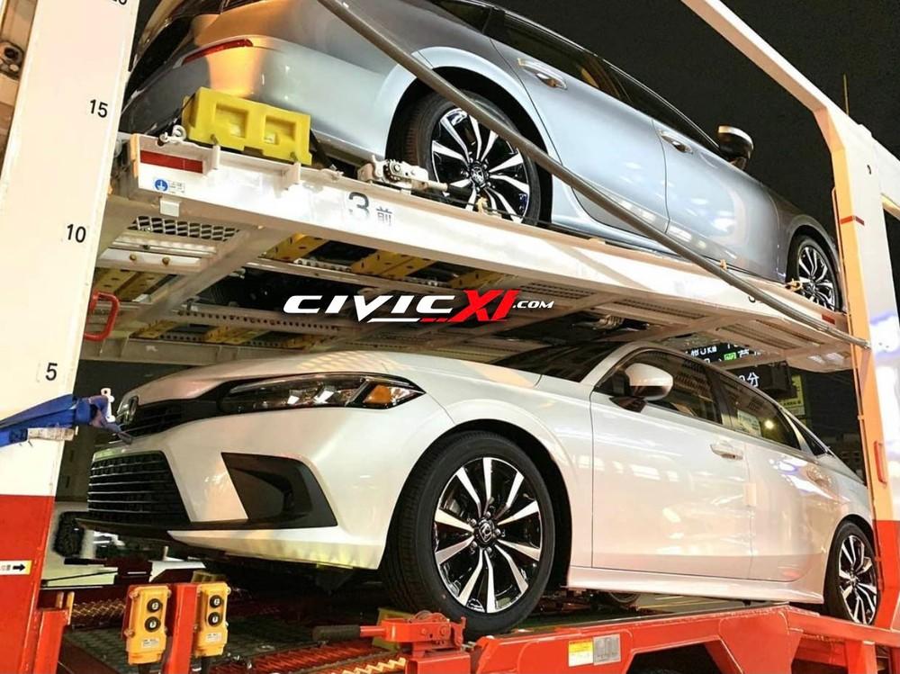 Lô xe Honda Civic 2022 được chở bằng ô tô tải trên đường phố Trung Quốc