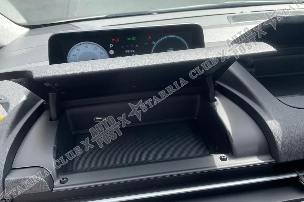 Ngăn chứa đồ dưới bảng đồng hồ của Hyundai Staria 2021