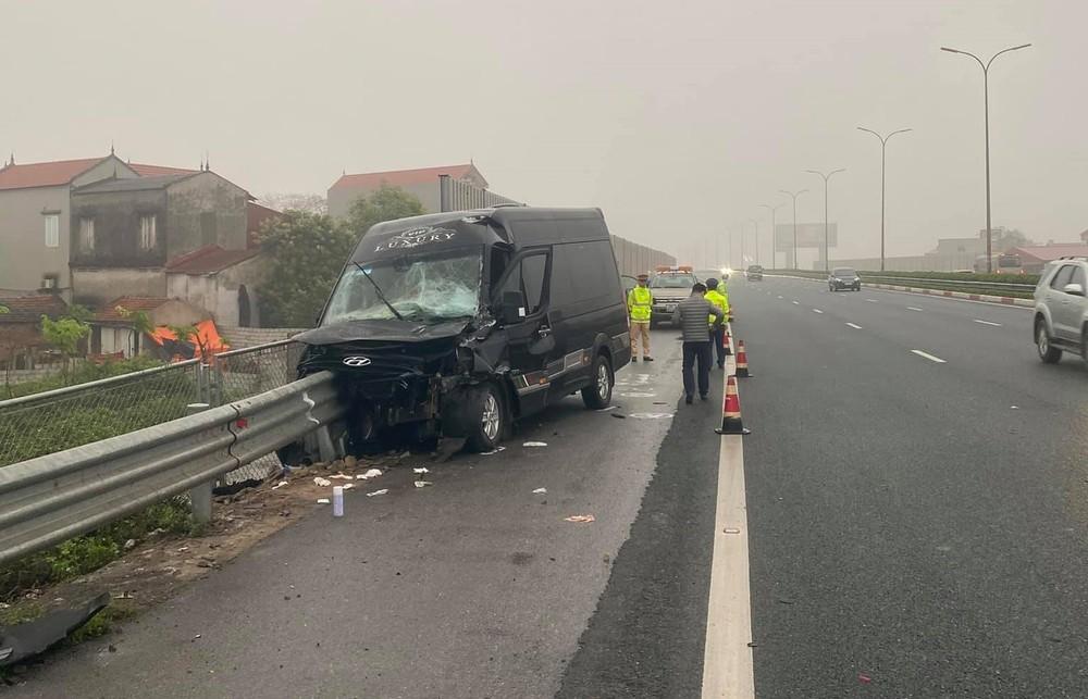 Lực lượng chức năng đang xử lý vụ tai nạn giao thông liên quan đến xe Limousine