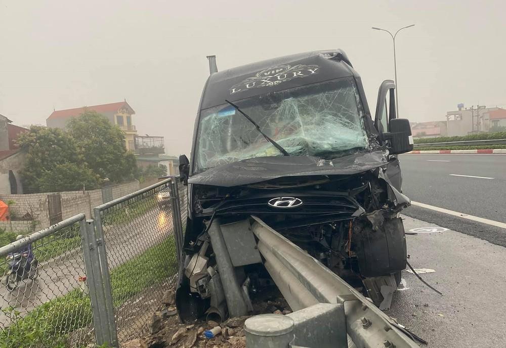 Hiện trường vụ xe limousine gặp nạn trên cao tốc Pháp Vân – Cầu Giẽ vào sáng qua
