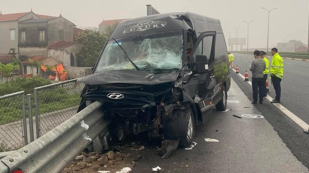 Chiếc xe Limousine nát bét đầu xe sau khi tông vào dải ta-luy