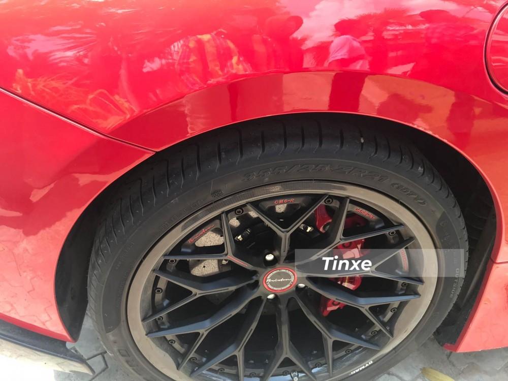 Phần viền mâm được phủ sợi carbon, bộ lốp Pirelli P Zero có kích thước 355/25, bánh sau có thiết kế 21 inch