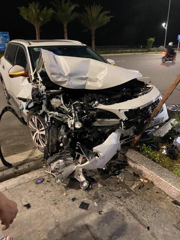 Chiếc Peugeot 5008 bị hư hỏng nặng đầu xe
