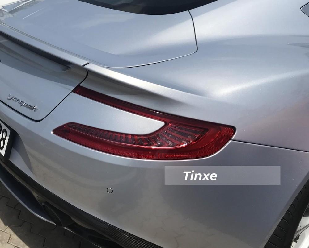 Đèn hậu LED của Aston Martin Vanquish có thiết kế như hình nam châm rất đẹp mắt và cá tính. Đây cũng là ý tưởng cho đèn hậu của Aston Martin DB11 sau này.