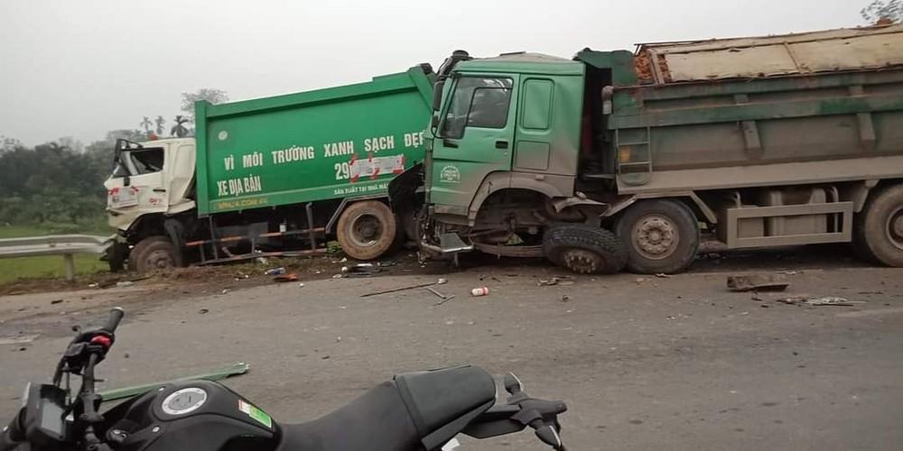 Hình ảnh vụ tai nạn của 2 xe rác với xe chở đất vào sáng nay