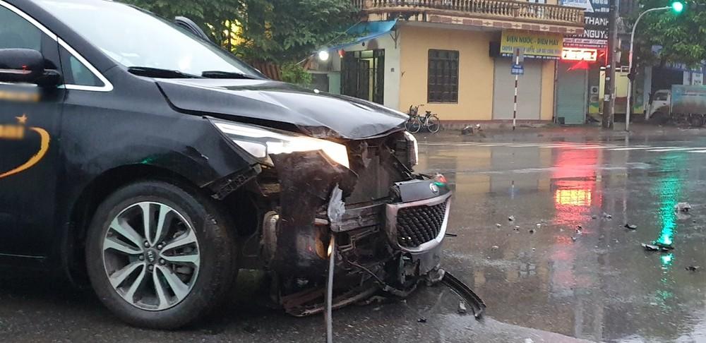 Chiếc xe Kia Sedona vỡ nát phần cản va trước, lưới tản nhiệt bung ra khỏi xe, đèn pha bể