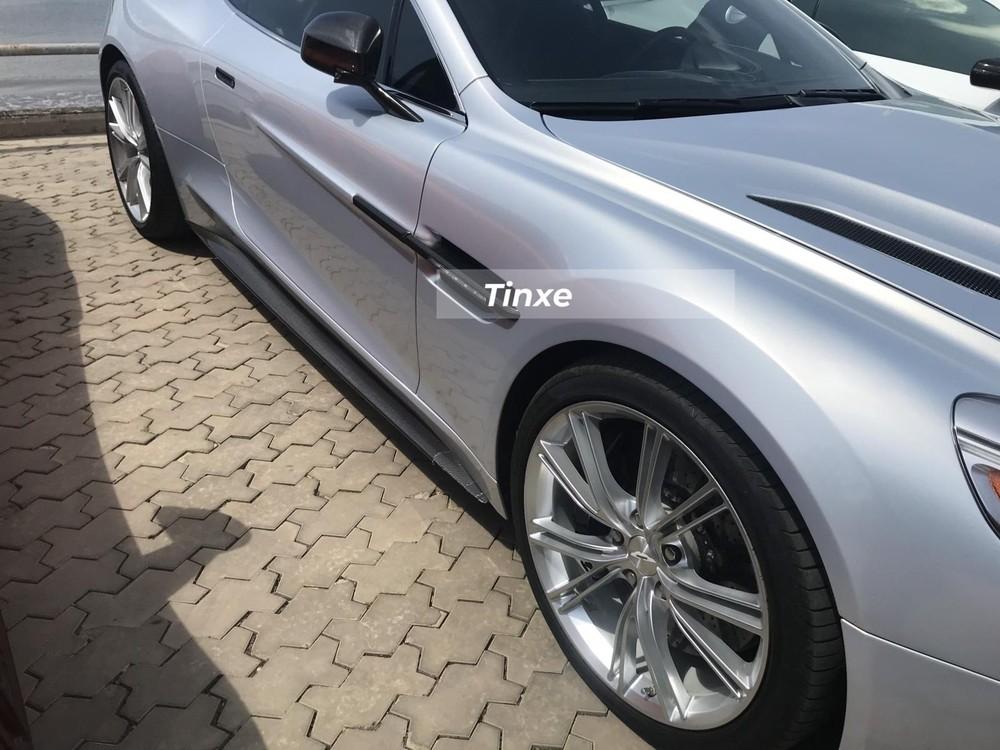 Chiếc xe thể thao Aston Martin Vanquish biển tứ quý 8 sở hữu màu sơn bạc cùng hàng loạt chi tiết bằng sợi carbon. Aston Martin Vanquish trong bài viết này thuộc thế hệ thứ 2 đã được hồi sinh vào năm 2012. Ngay từ lúc ra mắt, Vanquish thế hệ thứ 2 có sức mạnh không thua kém so với đàn anh Aston Martin DBS.