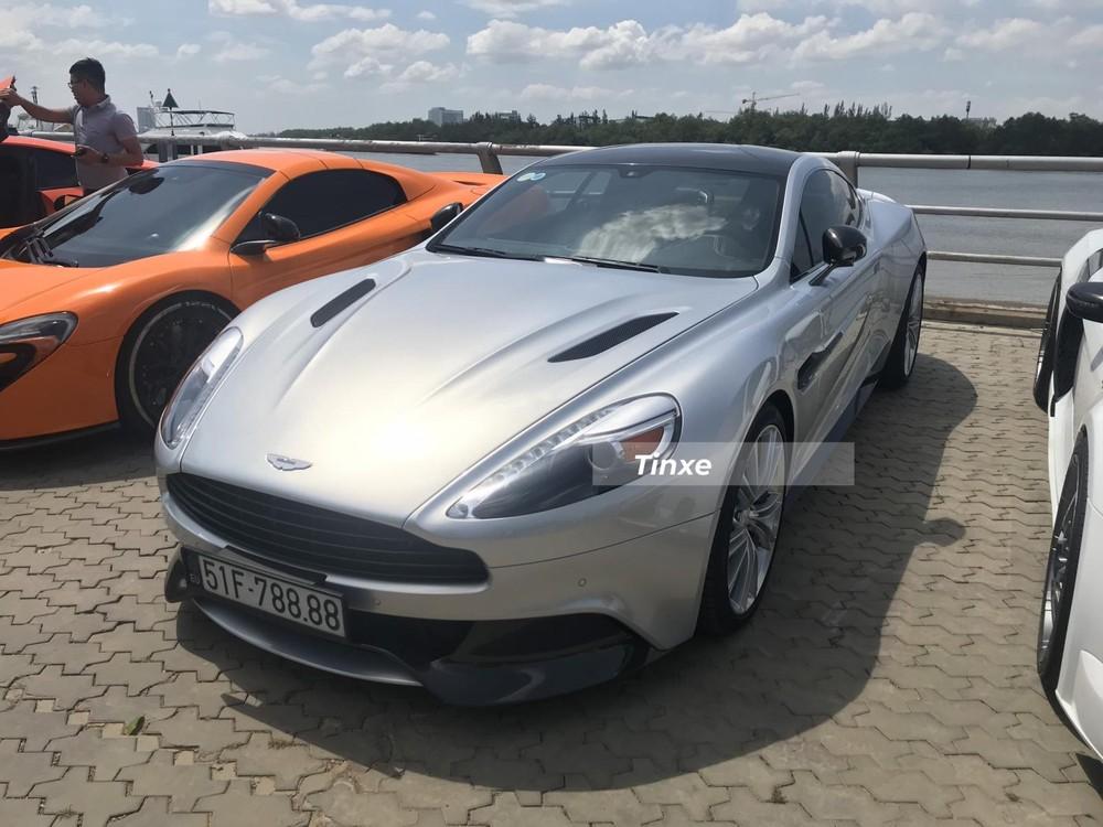 Được mang về nước vào năm 2015, chiếc xe trong bài viết này là mẫu Aston Martin Vanquish thế hệ thứ 2 đầu tiên có mặt tại dải đất hình chữ S. Chủ nhân ban đầu của xe là một doanh nhân kinh doanh trong lĩnh vực bất động sản và có hơn 8 năm chơi siêu xe cùng thời với Cường Đô-la nhưng lại khá kín tiếng trên mạng xã hội cũng như trong các diễn đàn.