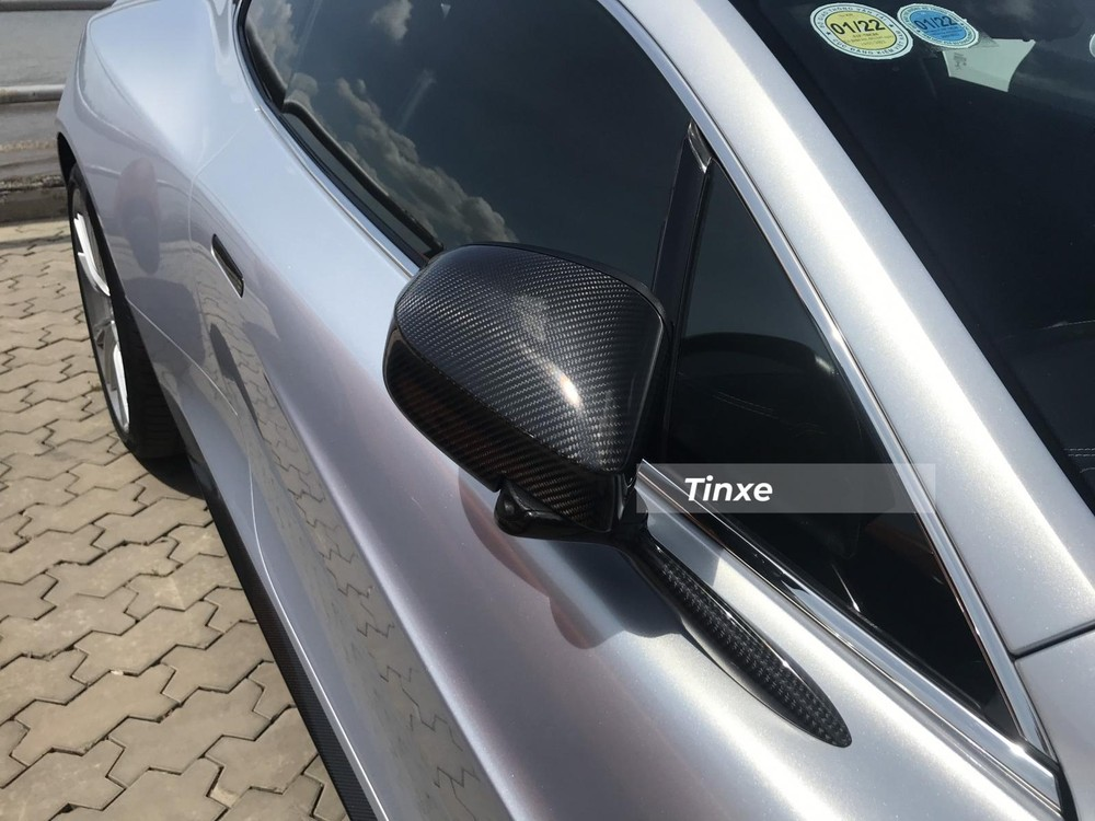 Nhiều chi tiết trên chiếc xe Aston Martin Vanquish được xử lý carbon như gương chiếu hậu, tay nắm cửa khuếch tán gió sau, cản va trước.
