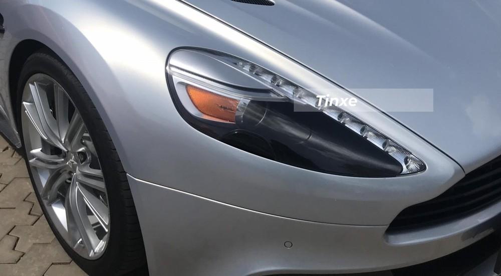 Ở ngoại hình, Aston Martin Vanquish có bộ đèn pha thiết kế sắc sảo tích hợp cả đèn xi-nhan và dải đèn LED chiếu sáng ban ngày. Lưới tản nhiệt đặc trưng của xe Aston Martin.