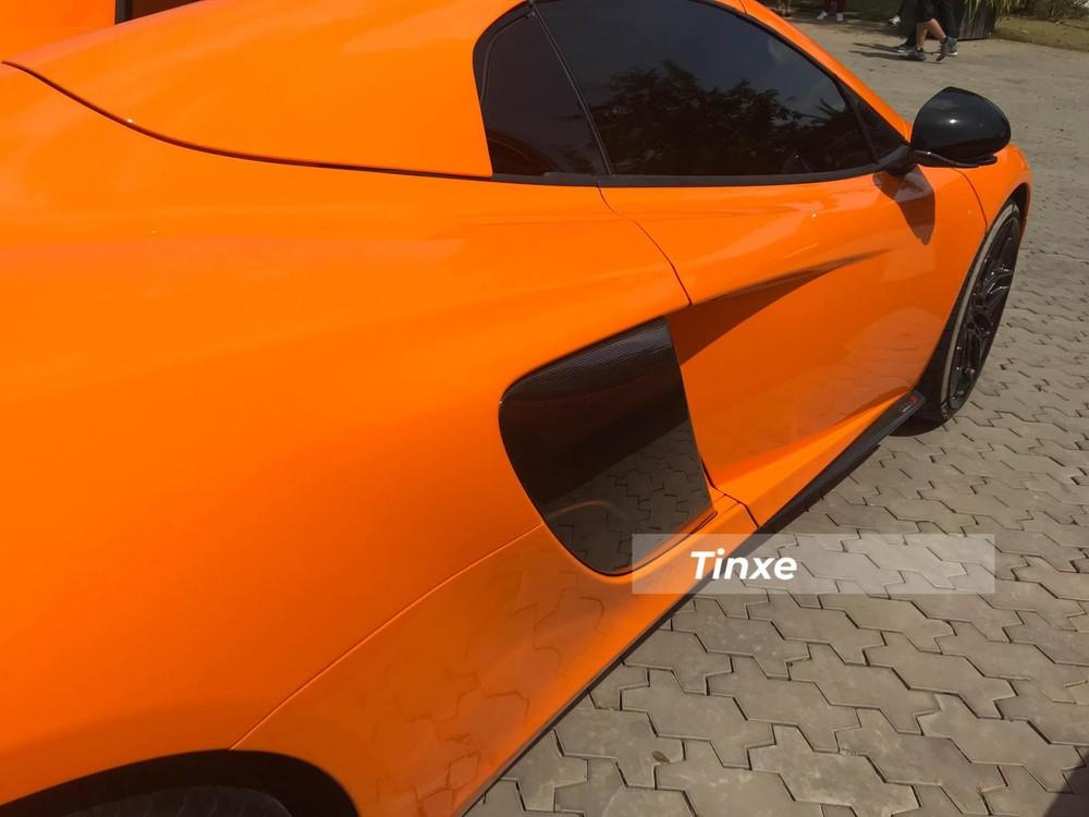 Hốc gió lớn của siêu xe McLaren 650S Spider cũng bằng sợi carbon