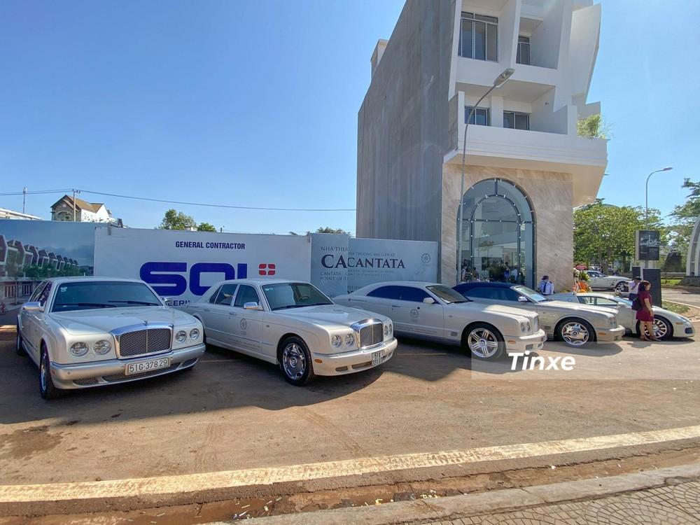 4 chiếc xe siêu sang của Bentley bao gồm Azure mui trần cực độc, Bentley Brooklands và 2 chiếc xe Bentley Arnage