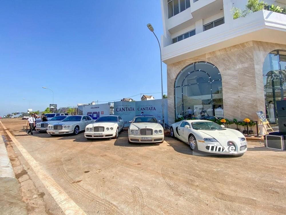 Bugatti Veyron đỗ cùng 4 chiếc Bentley bao gồm Azure, Brooklands và Arnage. Chiếc xe đỗ cuối cùng là mẫu xe Jeep Wrangler Unlimited Sport 2021