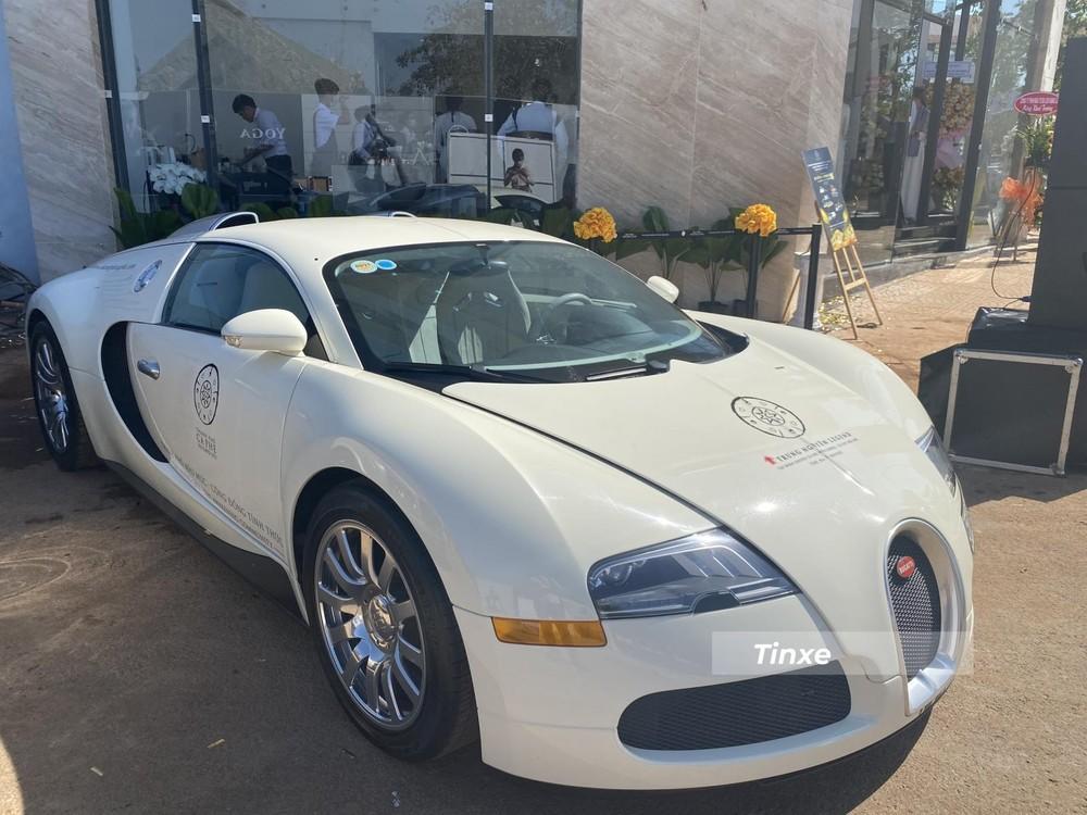 Xe ban đầu có màu đỏ-trắng nhưng khi được Chủ tịch Trung Nguyên mua lại đã sơn thành 1 tông màu trắng