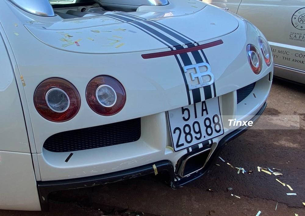 Đèn hậu của Bugatti Veyron, phía trên là cánh gió đuôi khổng lồ của xe