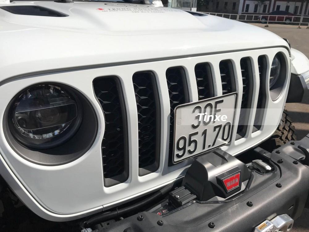 Tời điện của Warn có giá từ 19 triệu đồng cho đến 45 triệu đồng. Trang bị này là không thể thiếu cho một mẫu xe off-road như Jeep Gladiator Rubicon 2020.