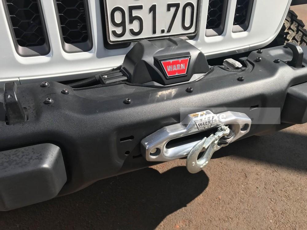 Bộ tời kéo xe cũng được tích hợp trên chiếc xe bán tải Jeep Gladiator Rubicon 2020.