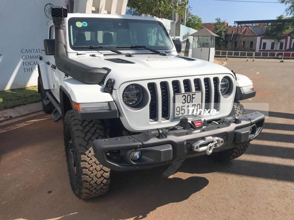 Gladiator Rubicon là mẫu xe bán tải khá chất của nhà Jeep và cũng không quá bất ngờ khi ông Đặng Lê Nguyên Vũ sở hữu mẫu xe này. Đây không phải là xe Jeep duy nhất có mặt trong bộ sưu tập xe của Chủ tịch Trung Nguyên.