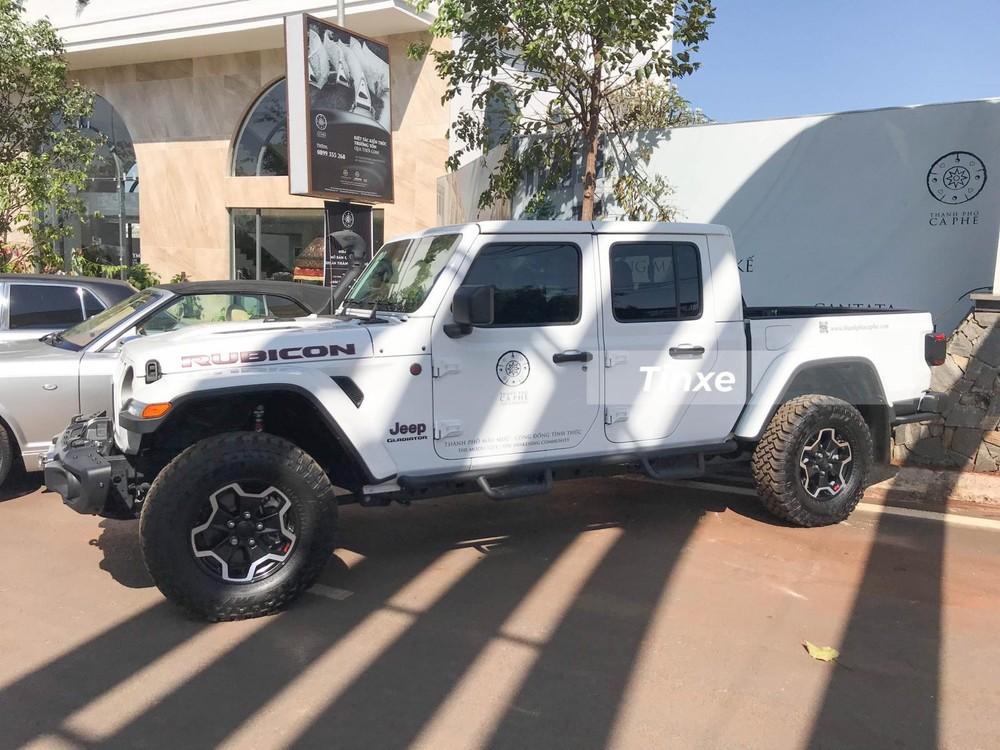 Hiện không rõ là chiếc xe Jeep Gladiator Rubicon 2020 này được Chủ tịch Trung Nguyên mua từ công ty nhập khẩu tư nhân hay đại lý chính hãng. Được biết, dòng xe bán tải Jeep Gladiator 2020 phân phối chính hãng tại Việt Nam với 2 phiên bản chính là Sport có giá 3,218 tỷ đồng.