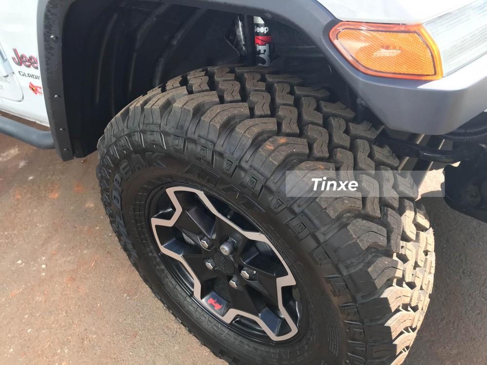 Bộ lốp gai địa hình Falken WildPeak A/T3W đã được ông Đặng Lê Nguyên Vũ trang bị thêm trên mẫu xe Jeep Gladiator Rubicon 2020 của mình. Giá bộ lốp này từ 3,7 đến 5,5 triệu đồng.