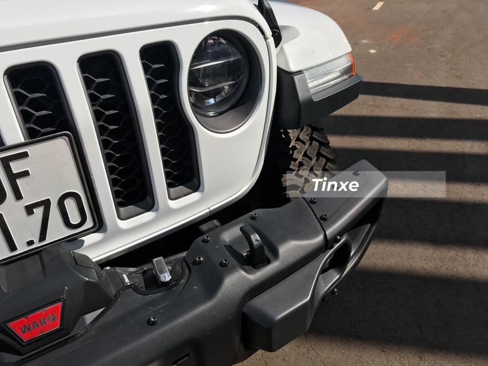 Jeep Gladiator Rubicon được trang bị đèn pha LED, cao cấp hơn đèn Halogen của phiên bản Sport. Tại Việt Nam, Jeep Gladiator được trang bị động cơ V6 3.6L, cho công suất tối đa 285 mã lực và mô-men xoắn cực đại 352 Nm. Nhà sản xuất cho biết, chiếc bán tải có sức kéo lên đến gần 3,5 tấn.