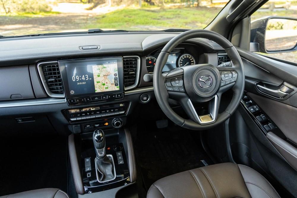 Nội thất bên trong Mazda BT-50 Thunder 2021