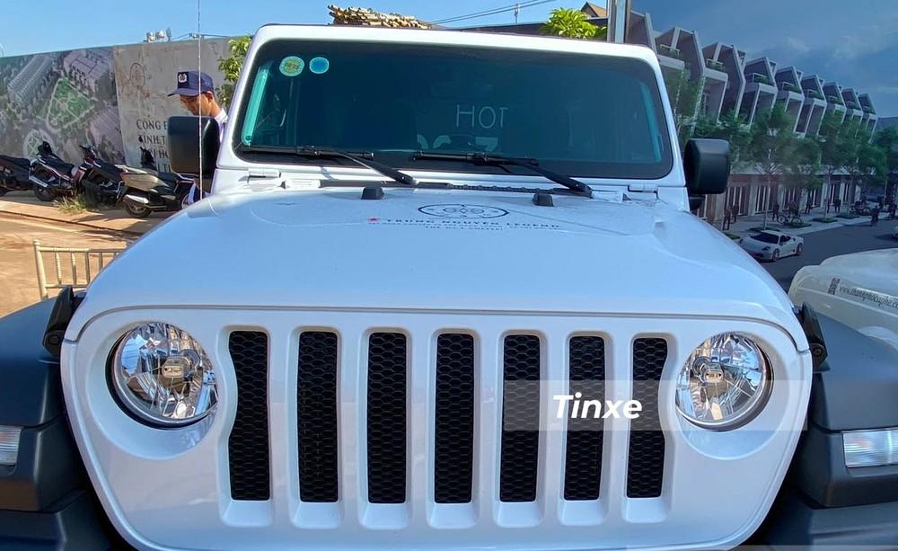 Jeep Wrangler Unlimited Sport sử dụng đèn pha tròn với hệ thống chiếu sáng halogen