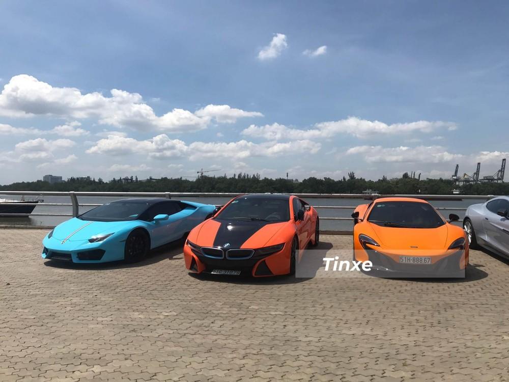 Lamborghini Huracan LP580-2 màu Baby Blue nổi bật khi đỗ cùng BMW i8 và McLaren 650S Spider