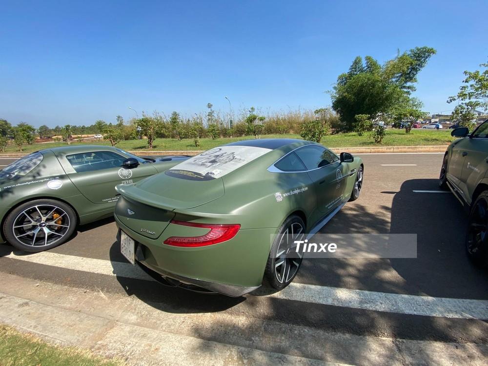 Aston Martin Vanquish Coupe đỗ giữa 2 chiếc xe nhà binh khác là Mercedes-Benz SLS AMG giới hạn 350 chiếc và bên phải là Lamborghini Urus