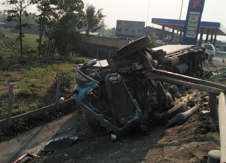 Xe container tông dải ta-luy trước khi lao xuống vệ đường rồi lật nghiêng, tài xế thoát chết