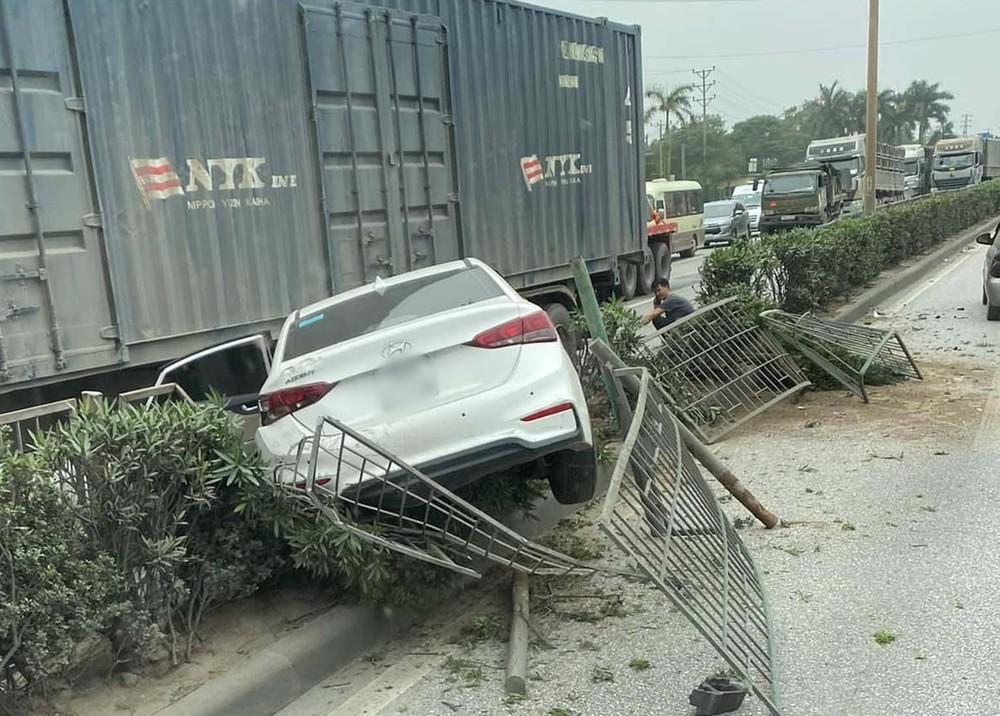 Vụ tai nạn làm chiếc xe Hyundai Accent hư hỏng nặng, dải phân cách thiệt hại nghiêm trọng