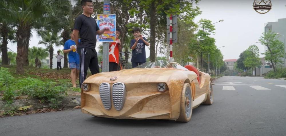 Chiếc ô tô bằng gỗ mà anh Đạo mới chế tạo cho con trai