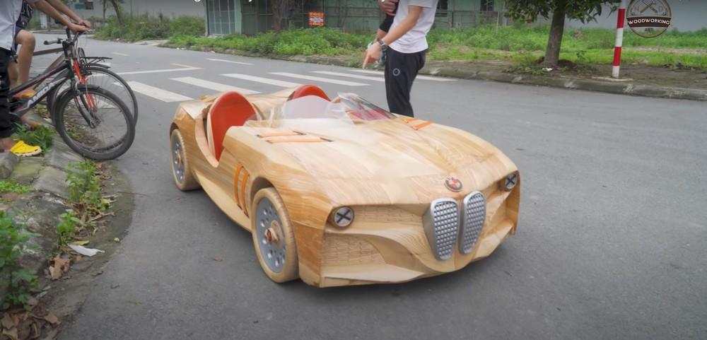 Chiếc ô tô bằng gỗ có 2 chỗ ngồi bên trong
